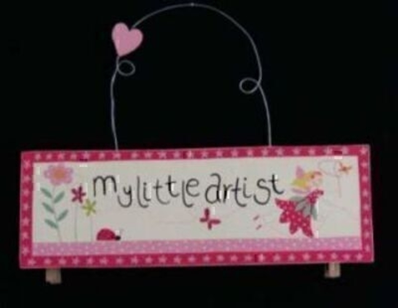 Part of the Gisela Graham Fairy range. 'My Little Artist' pegged hanger for hanging up wet paintings to dry or just to display them. Made from 100% Paulownia wood and paint. Size 12x7cm