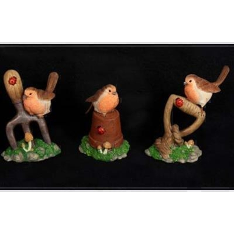 Choice of 3 robins sitting on garden tools. Perfect stocking filler gift for any gardeners in your life or just to bring a festive touch to a shelf or window ledge. Price is for 1 figurine and the choice will be random unless specified. Approx size 14x10x7cm.