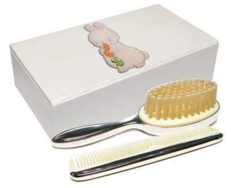 Bud Bunny Rabbit Brush and Comb Set by Deva Designs. Part of the Bunnies by the Bay Range distributed by Deva Designs. Beautiful Baby Gift. This beautiful brush and comb set come in a bud bunny rabbit box with magnetic closure. Size 15.5x8x3.5cm