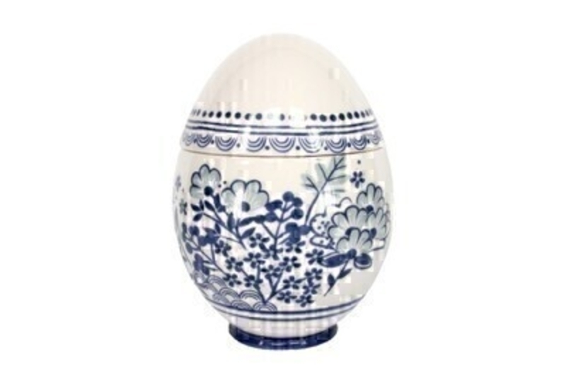 Gorgeous blue and white ceramic egg container. This lovely ornament from designer Giesela Graham who designs unique Easter gifts and decorations. Size : 16 x 10 x 10 cm