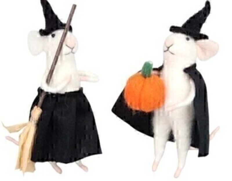 Spook your Halloween guests with these halloween mice dressed up as a witch by designer Gisela Graham made from wool.  Choice of 2 mice available - If you have a preference please specify when ordering.  Mouse one has a broomstick and Mouse two has a pumpkin will make a great addition to your halloween decorations.